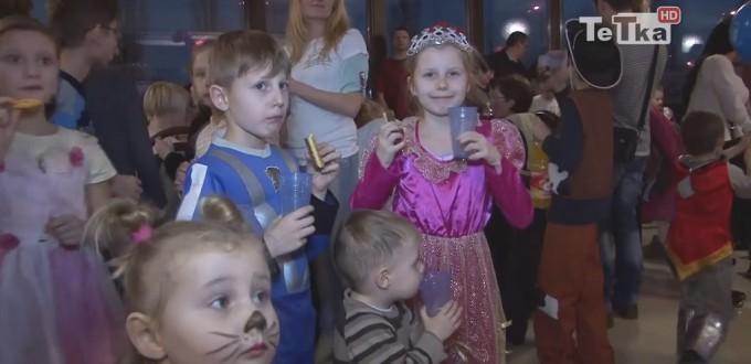 Dzieci na balu karnawałowym