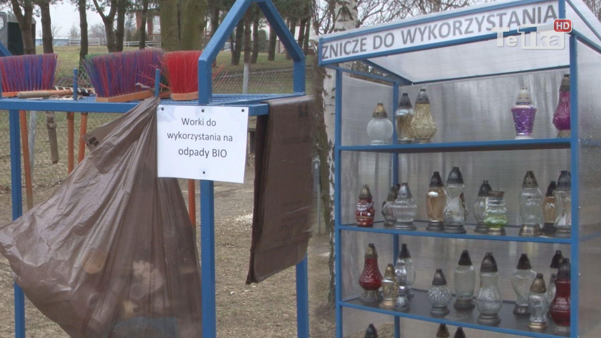 Ggrabelki, miotełki i znicze dostępne są dla osób robiących porządkujących groby na cmentarzu komunalnym