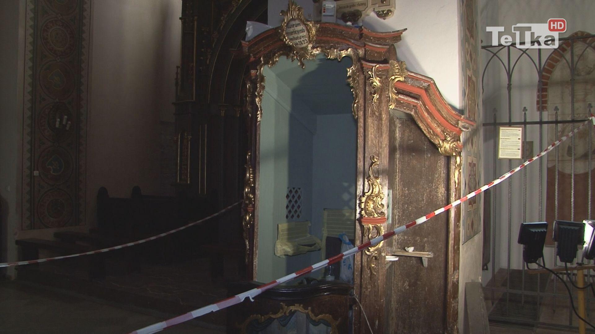 w farze trwają prace renowacyjne konfesjonału