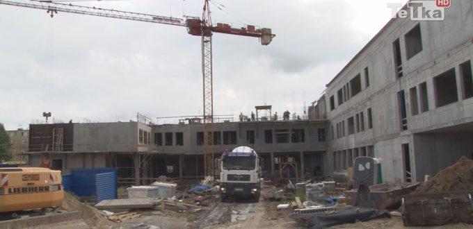 Rosna mury budynku dla sądu rejonowego