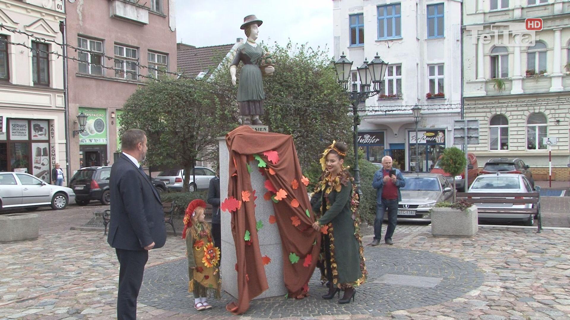 na placu Hallera dzieci przywitały jesień