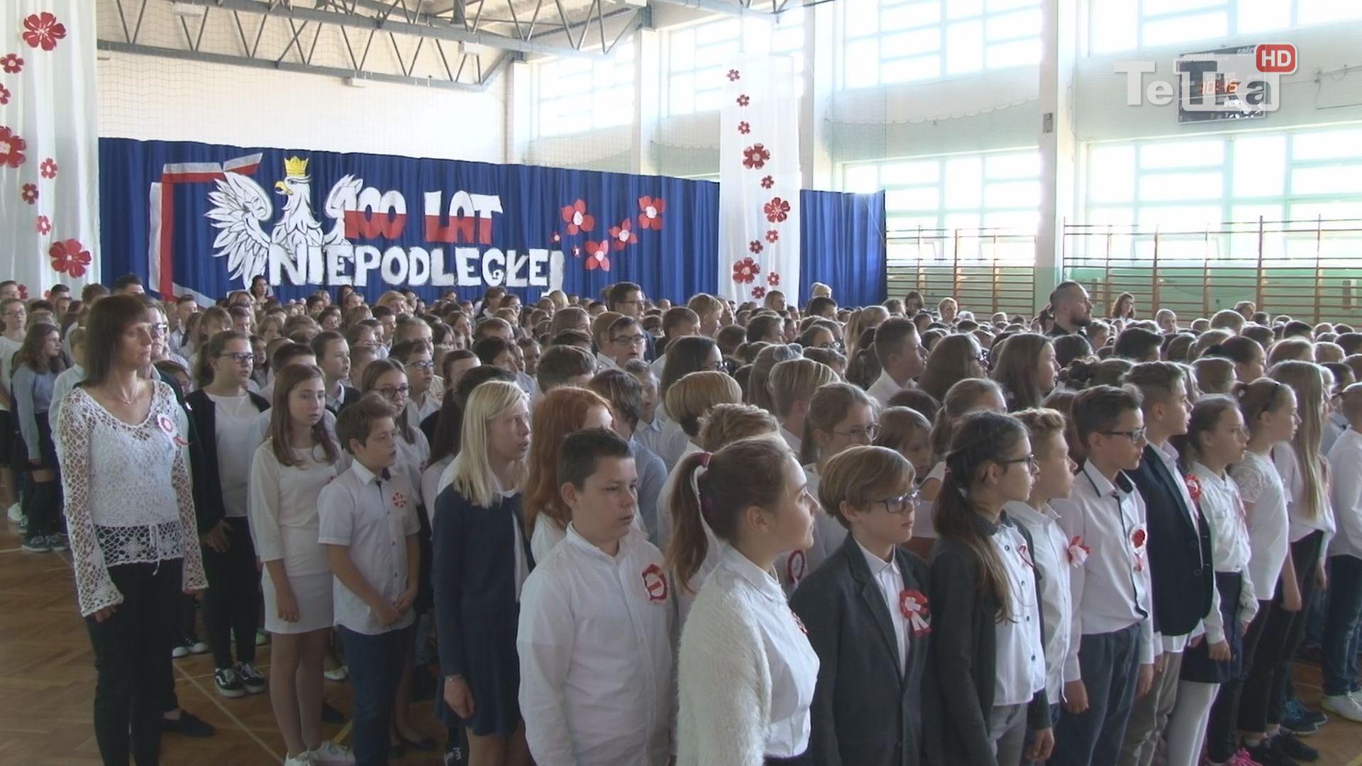 ponad siedmiuset uczniów szkoły podstawowej nr 12 zaśpiewało hymn narodowy