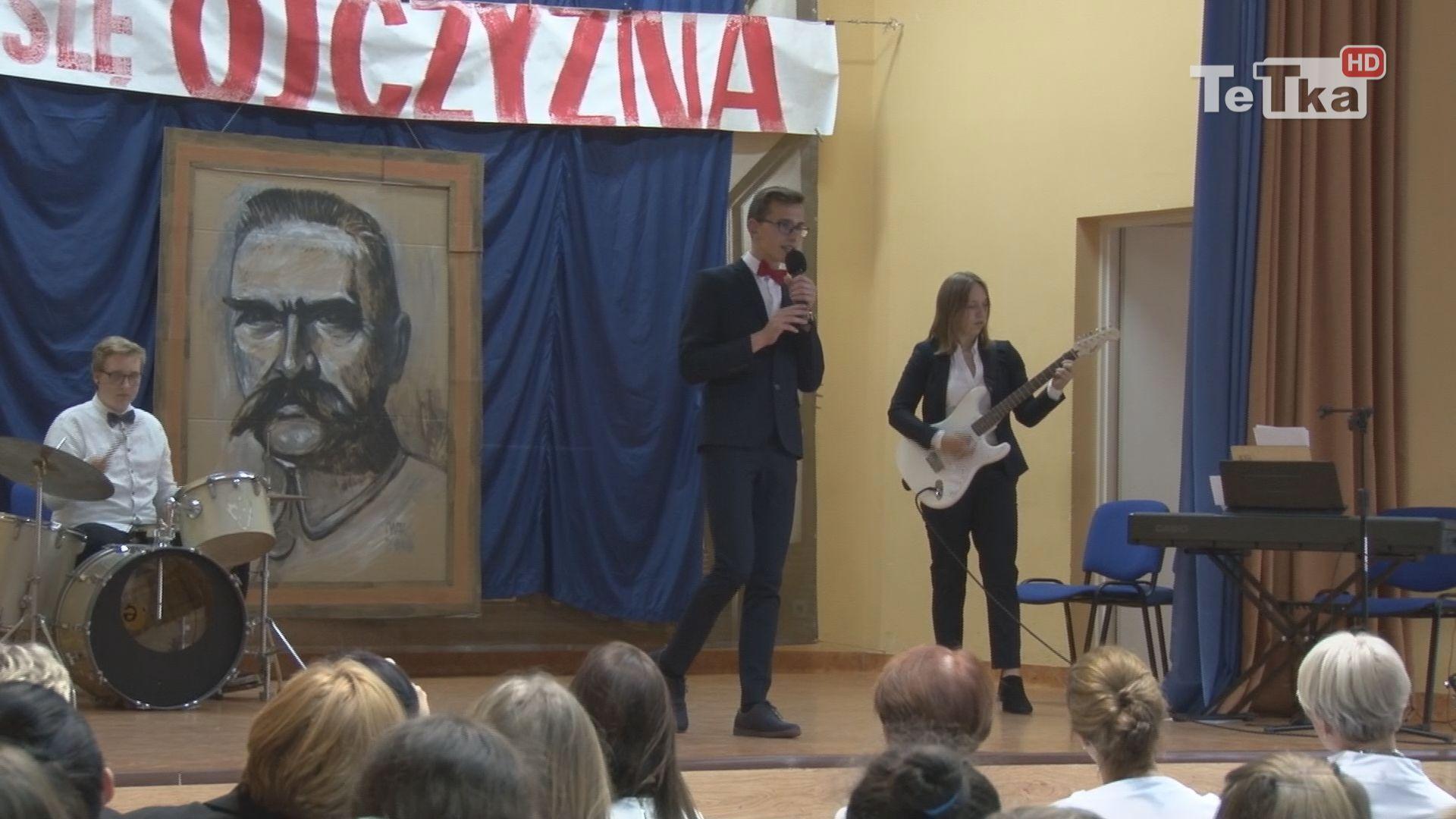 uczniowie i nauczyciele wystąpili w koncercie związanym z rocznicą odzyskania przez Polskę niepodległości