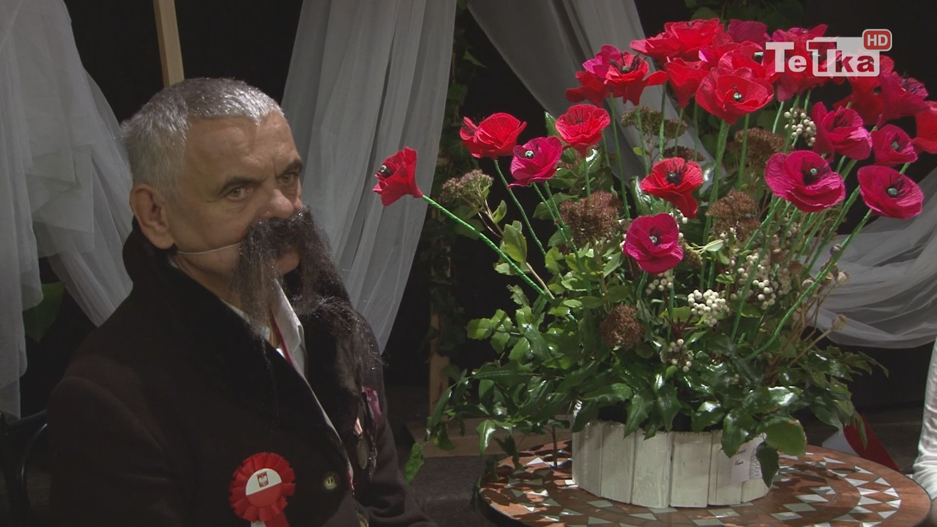 """Środowiskowe Domy Samopomocy w Tczewie zorganizowały wystawę """"Kwiatowe nowości"""" wpisującą się w obchody 100-lecia odzyskania przez Polskę niepodległości"""