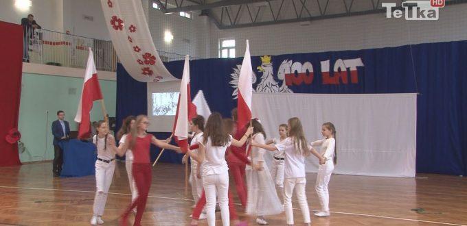 z okazji stulecia Niepodległości uczniowie dwunastki wystąpili w przedstawieniu patriotycznym