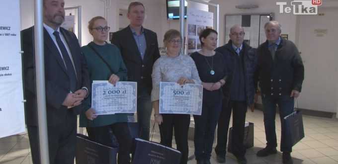 """w urzędzie miejskim rozdano nagrody zwycięzcom konkursu """"Cztery pory roku w Tczewie"""