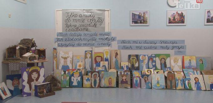 """na korytarzu szkoły podstawowej numer dwanaście przygotowano wystawę uczniowskiej twórczości zatytułowaną """"Cudowne anioły"""""""