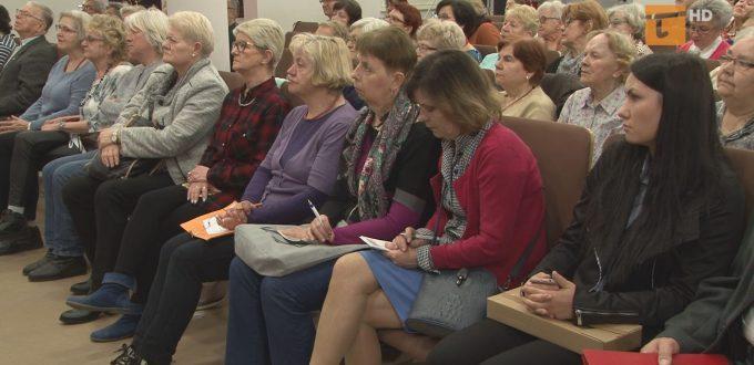 Seniorzy wysłuchali informacji na temat bezpieczeństwa w ruchu drogowym