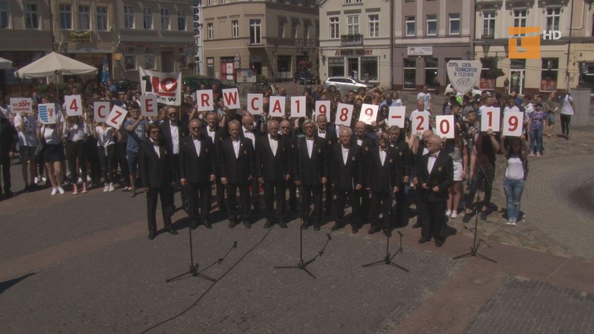 Tczewianie odśpiewali hymn i robili sobie zdjęcia na pamiątkę Święta Wolności i Solidarności