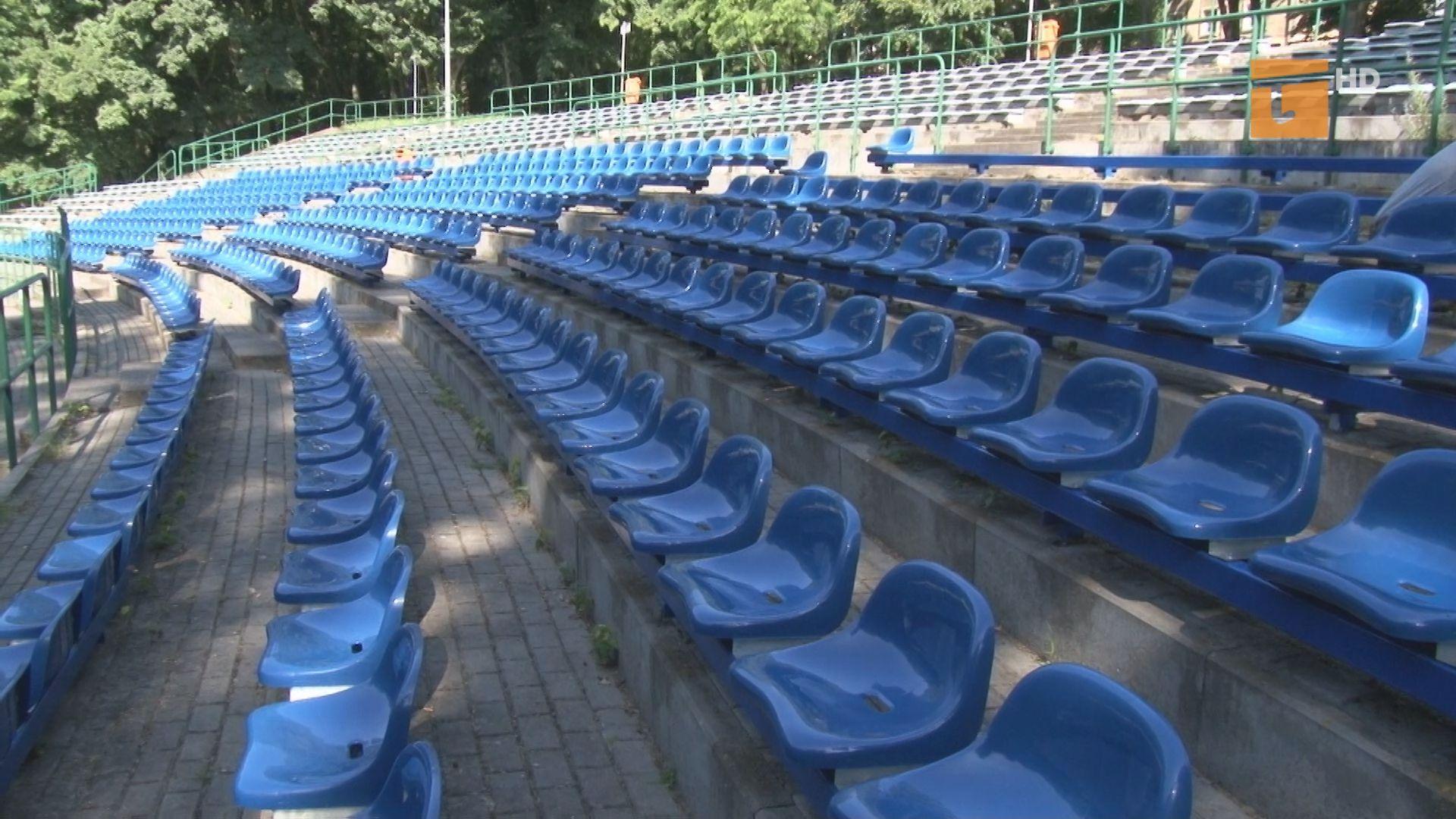 Zakład Usług Komunalnych przystąpił do wymiany siedzisk na widowni amfiteatru