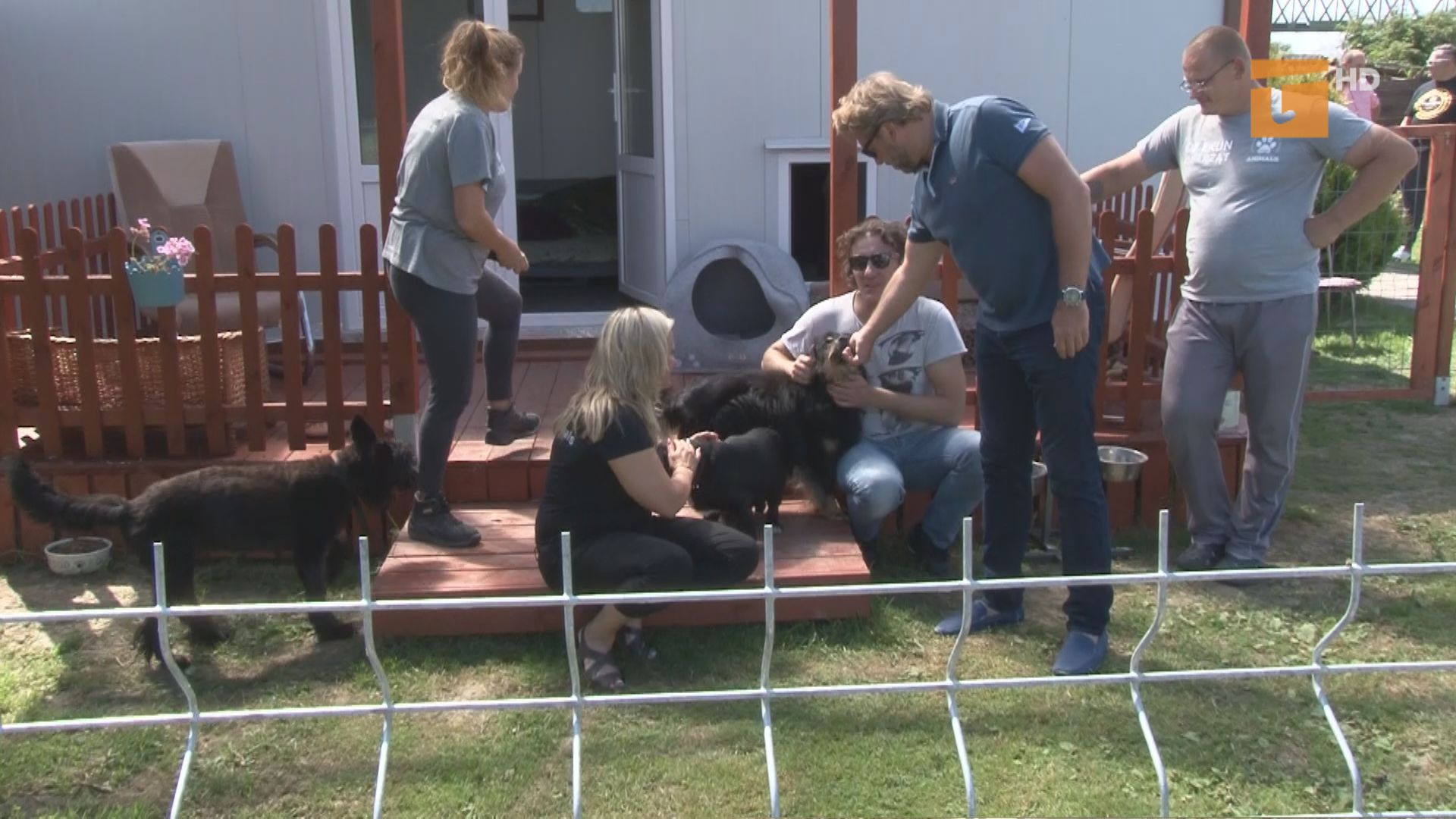 """Aktorzy z planu filmowego """"Futro z misia"""" odwiedzili schronisko dla bezdomnych zwierząt"""