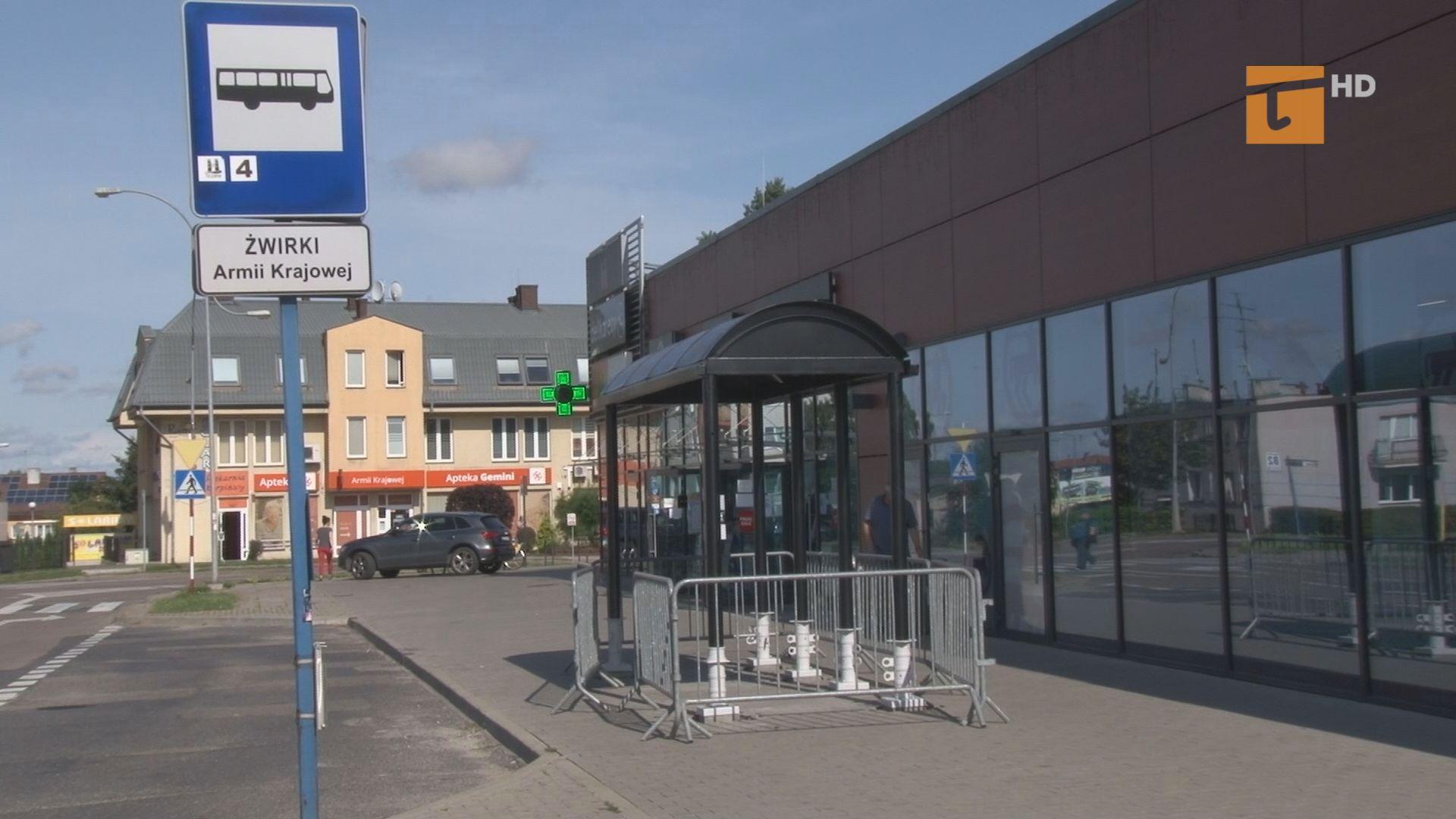 Zakład Usług Komunalnych po kilku latach zamontował wiatę przystankową na ulicy Żwirki