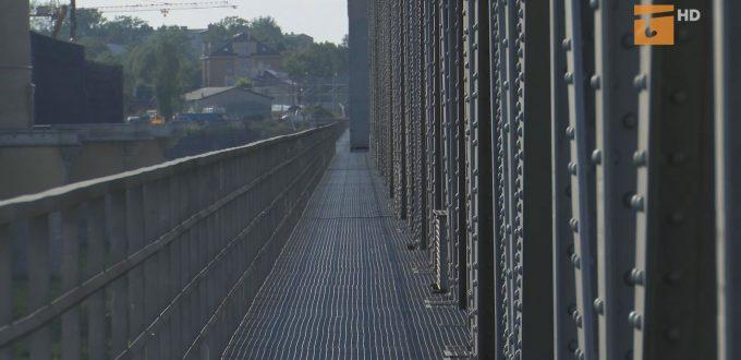 Chcą legalnie przechodzić po moście kolejowym