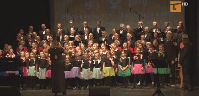 """podczas Koncertu Jesiennego Chóru Męskiego """"Echo"""" wystąpił również Chór Dziecięco-Młodzieżowy Passionatka oraz Chór Mieszany Passionata"""