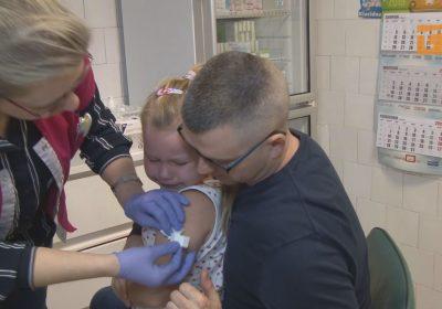 Lekarze przekonują rodziców do przestrzegania obowiązkowego kalendarza szczepień adresowanych do dzieci