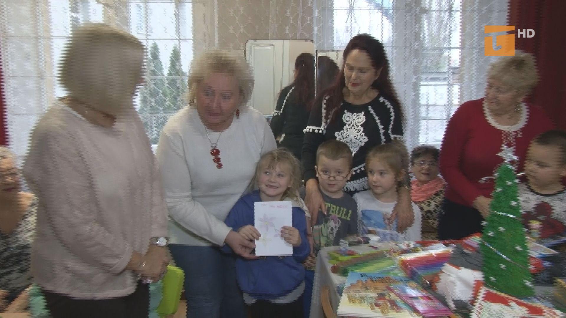 W świetlicy środowiskowej seniorzy i dzieci chętnie wspólnie spędzają czas na nauce poprzez zabawę
