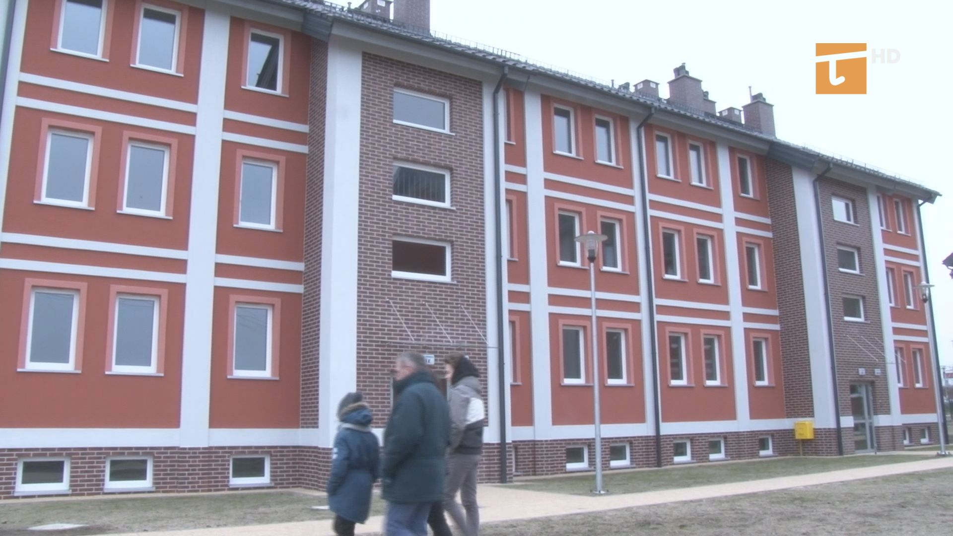 Kilkadziesiąt rodzin cieszy się z otrzymanych mieszkań komunalnych przy ulicy Prostej