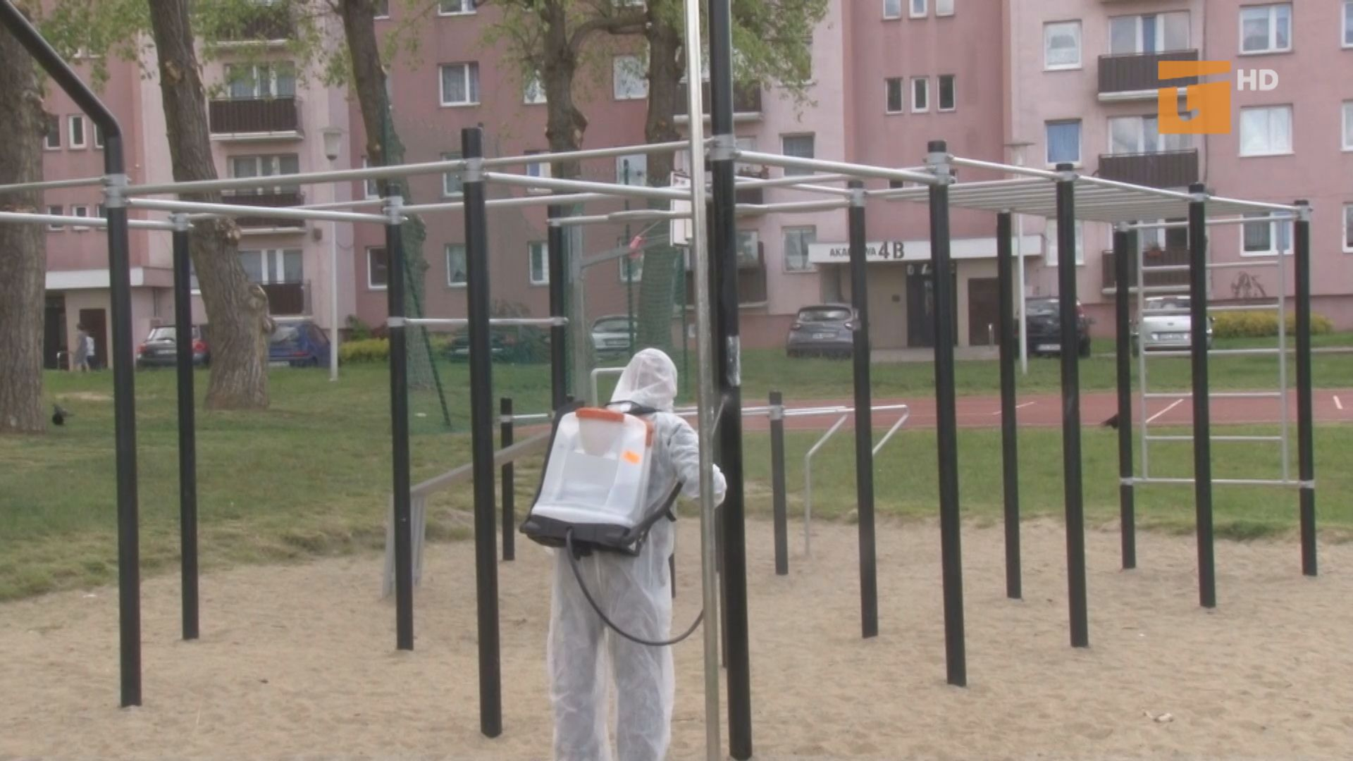 Codziennie dezynfekowane są place zabaw i siłownie pod chmurką