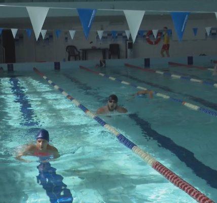 Z czego wynika podwyżka za naukę pływania
